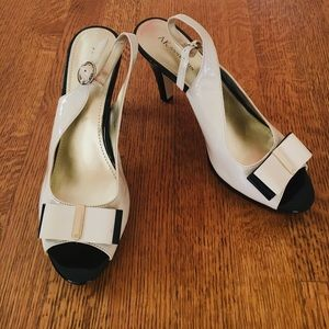 AK ANNE KLEIN CREAM BOW PLATFORM SHOES - 9.5M